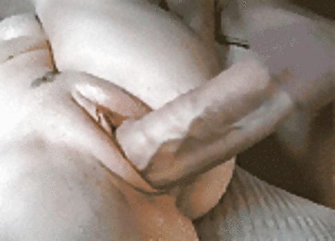 Metendo o pau veiudo na buceta lisinha
