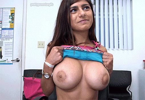 Mia Khalifa revelando os peitos grandes