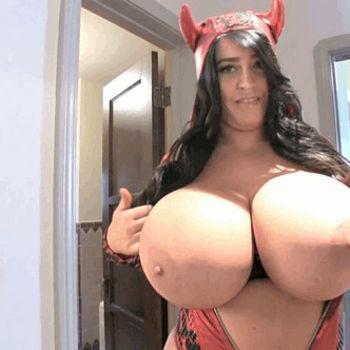 Morena mostrou os peitos gigantões vestida de diaba