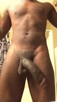 Negro safado balançando o pênis gigante