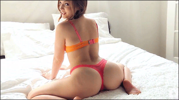 Safada de lingerie na cama mexendo o rabinho empinado