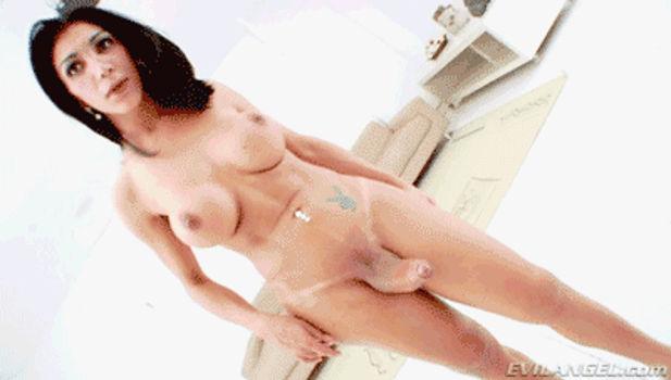 Transsexual de peitos grandes e cintura fina exibindo o pauzão