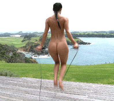 Garota da bundinha linda pulando corda pelada
