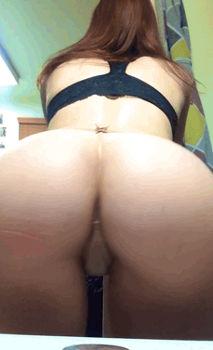 Gata de calcinha pequena rebolando na webcam