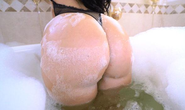 Gostosa balançando a bunda gigante na banheira