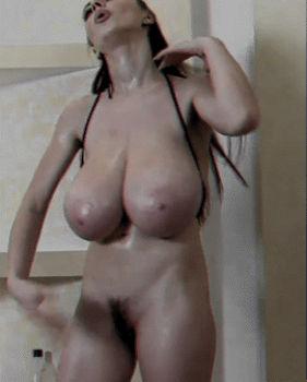 Safada dos peitos gigantes com calor na xoxota