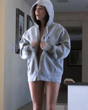 Garota de casaco abriu ele sem roupas por baixo e ficou pelada