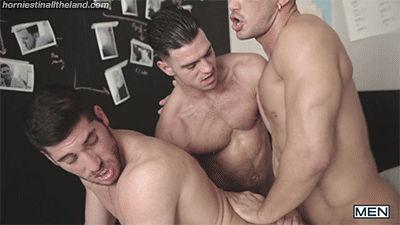 Sarados fazendo sexo a três