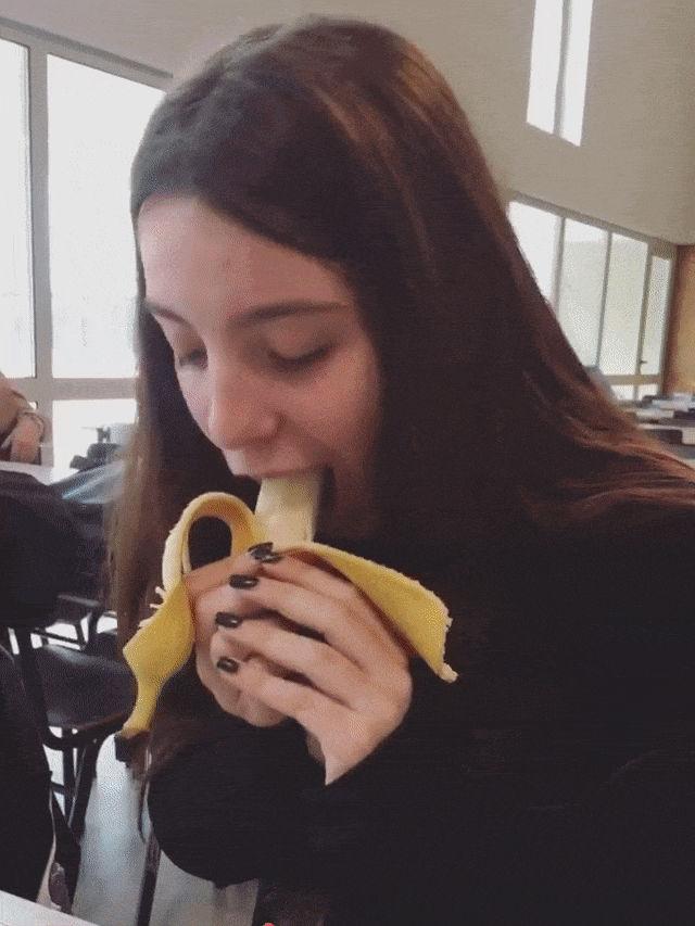 Novinha de aparelho fazendo garganta profunda em uma banana
