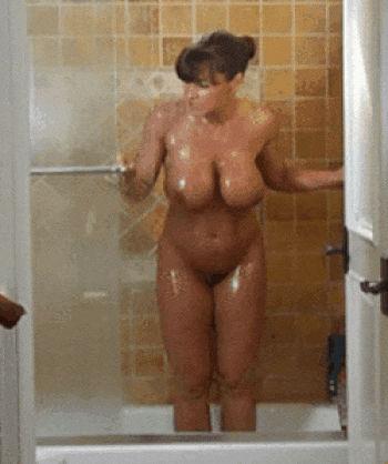 Peituda saindo pelada do banho