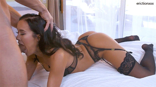 Bunduda de lingerie pagando um boquetão