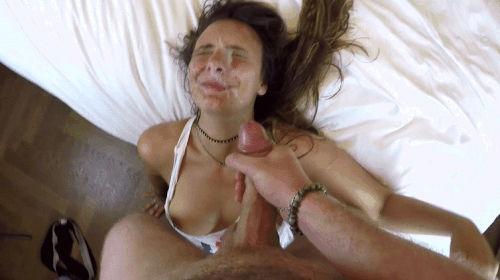 Roludo enchendo o rosto da putinha com esperma