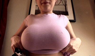 Levantou a camiseta mostrando os peitos gigantes