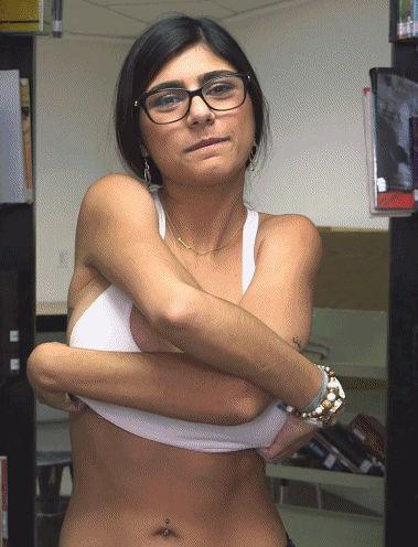 Mia Khalifa de óculos tirando a regata sem sutiã